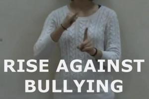 Μήνυμα αφύπνισης κατά του σχολικού εκφοβισμού στέλνουν πέντε φοιτητές