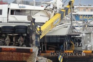 Γερανός έπεσε πάνω σε σκάφος στη Ρόδο