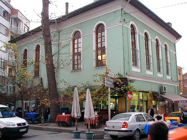 Η πιο εναλλακτική γειτονιά της Κωνσταντινούπολης!Ζουν πολλοί καλλιτέχνες,συγγραφείς και ηθοποιοί,προσδίδοντάς της ένα ιδιαίτερο «πολιτιστικό αέρα»