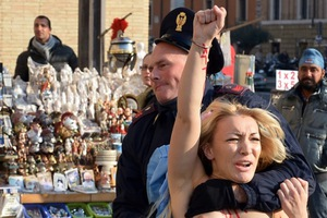 Μέλος των Femen γδύθηκε στο Βατικανό