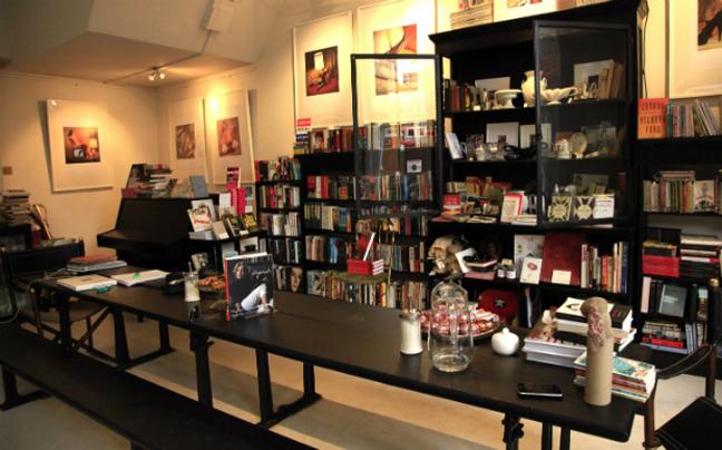26d085291c03 Αυτό το εκκεντρικό αγγλικό βιβλιοπωλείο και γκαλερί φιλοξενείται σε ένα  μοντέρνο καθιστικό. Διαθέτει μια μεγάλη ποικιλία βιβλίων από σπάνιες  εκδόσεις μέχρι ...