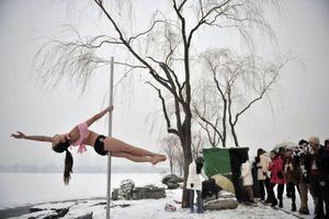 Ακραίο... Pole Dance στους πάγους της Κίνας