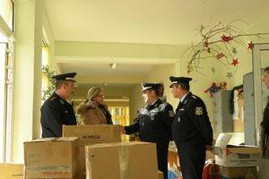 Δώρα και διάφορα είδη παρέδωσε η Αστυνομία στα παιδιά του «χωριού SOS»