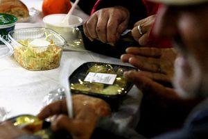 Πασχαλινό γεύμα αγάπης στους άστεγους