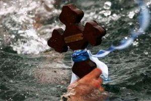 Εξηντάχρονη έπεσε με τα ρούχα στη θάλασσα για να πιάσει το Σταυρό στη Ρόδο!