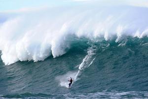 Αψηφώντας τα γιγάντια κύματα ύψους 20 μέτρων!