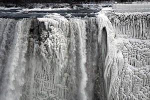 Το πολικό ψύχος πάγωσε τα νερά του Νιαγάρα