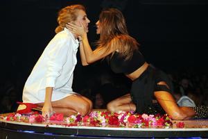 Καυτά φιλιά στην πίστα αντάλλαξαν Πάολα-Τάμτα
