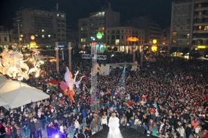 Περισσότεροι από 30 χιλιάδες καρναβαλιστές πλημμύρισαν την Πάτρα