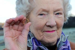 Συνταξιούχος βρήκε τη βέρα της 55 χρόνια μετά