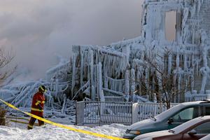 Παγωμένα τα ερείπια του οίκου ευγηρίας που κάηκε