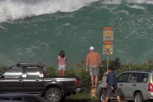 Κύματα δώδεκα μέτρων «χτυπούν» τη Χαβάη