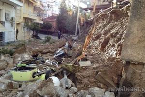 Εικόνες καταστροφής από την κατάρρευση τοίχου στην Καισαριανή