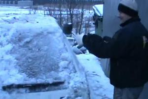 «Σπάζοντας» το παγωμένο αυτοκίνητο