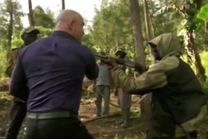Αντάρτες απείλησαν τηλεοπτικό συνεργείο μέσα στη ζούγκλα