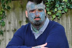 Χωρίς διαβατήριο ο άντρας με τα περισσότερα τατουάζ στη Βρετανία
