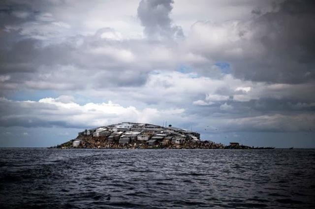 Ο βράχος-ψαροχώρι της λίμνης Βικτώρια