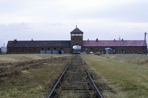 «Παρακαλούνται οι Εβραίοι επιβάτες να αποβιβαστούν για ντους στο Άουσβιτς»