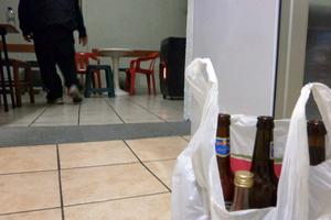 Μαζεύουν μπουκάλια από τα σκουπίδια και τα δίνουν για προϊόντα