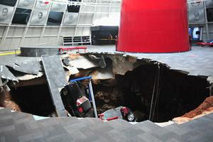 Τρύπα καταπίνει 8 Corvette