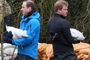Οι πρίγκιπες Ουίλιαμ και Χάρι βοήθησαν τους πλημμυροπαθείς συμπολίτες τους