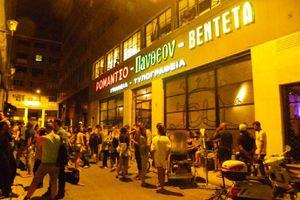 Η καλλιτεχνική κοινότητα δίπλα στους αστέγους της Αθήνας