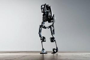 Εξωσκελετός σηκώνει παράλυτη από το αναπηρικό καροτσάκι