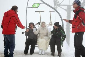 Η νύφη έφτασε κάνοντας... σκι!