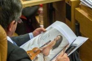 Ο πολιτικός που προτίμησε τις γυμνές γυναίκες από την συζήτηση στη Βουλή