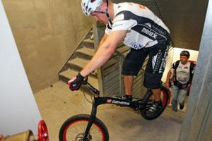 Ανέβηκε 2.919 σκαλιά με το ποδήλατό του