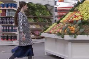 Μοντέλα της Chanel ανάμεσα σε ράφια σούπερ μάρκετ και ζαρζαβατικά
