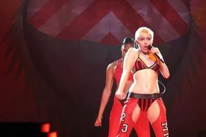 Η Miley Cyrus... υποχρεώθηκε να τραγουδήσει με τα εσώρουχα!
