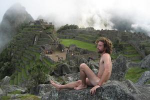 Οι... γυμνοί τουρίστες είναι η νέα «μόδα» του διαδικτύου