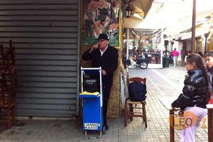 Ο μουσικός που διασκεδάζει τους Θεσσαλονικείς με τη φωνή του