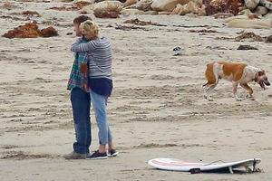 Αγκαλιές και φιλιά δίπλα στην θάλασσα για Θερόν-Πεν