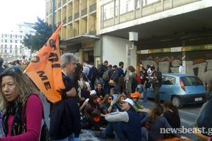 Καθιστική διαμαρτυρία έξω από το υπουργείο Εργασίας