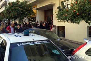 Διαμαρτυρία εκπαιδευτικών στο πολιτικό γραφείο του Κυριάκου Μητσοτάκη