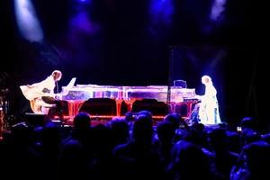 Ιάπωνας ρόκσταρ μάχεται στο πιάνο... με τον εαυτό του!