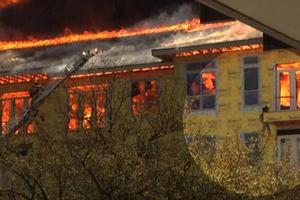 Αγωνιώδης διάσωση μέσα στις φλόγες