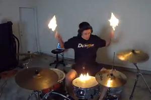Ο ντράμερ που παίζει με τη φωτιά