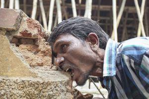 Τρώει τρία κιλά τούβλα, χαλίκια και λάσπη τη μέρα