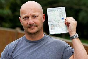 Καραφλός Βρετανός ταξίδεψε στην Ισπανία με το διαβατήριο της ξανθιάς φίλης του