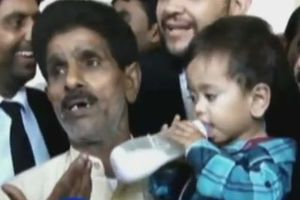 Μωρό εννέα μηνών κατηγορείται για απόπειρα δολοφονίας στο Πακιστάν