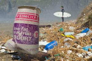 «Πνίγουν» τις θάλασσες και τις ακτές μας, πλαστικά κι αποτσίγαρα