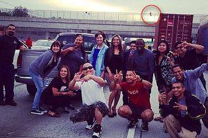 Εκείνος αυτοκτονούσε και οι άλλοι τράβαγαν selfies