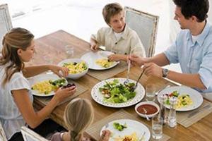 Τα οικογενειακά γεύματα σημαντικά για την υγεία των εφήβων