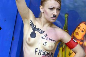 Οι ακτιβίστριες της Femen διαδήλωσαν στο Παρίσι κατά του φασισμού