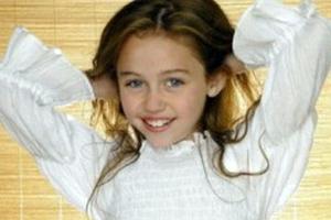 Αναγνωρίζετε το χαμογελαστό κοριτσάκι της φωτογραφίας;