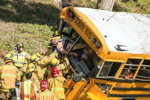Σχολικό στην Καλιφόρνια έπεσε πάνω σε δέντρο