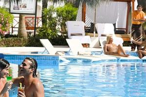Πολυτελείς διακοπές αυστηρά για... γυμνιστές